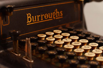 Burroughs_adding_machine Imagen del Blog de http://radar.oreilly.com/2015/06/filing-cabinets-gaap-and-the-accountants-dilemma.html RADAR