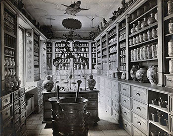 A_seventeenth-century_German_apothecary's_shop_with_ornate_p_Wellcome_V0029786